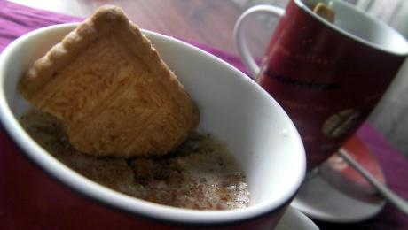 tazas de mousse de café y galletas