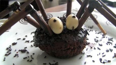 cupcakes araña de chocolate y fresa para Halloween