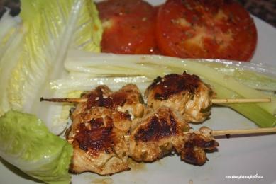 Brocheta de pollo marinado