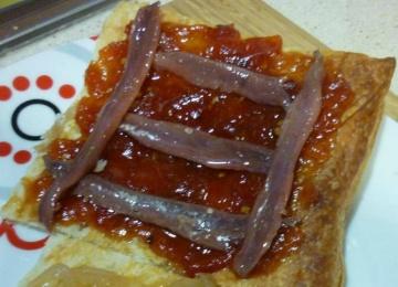 Hojaldre con mermelada de tomate y anchoas