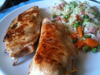 Pechuga de pollo rellena acompañada de arroz