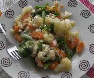 Verduras gratinadas con atún y huevo