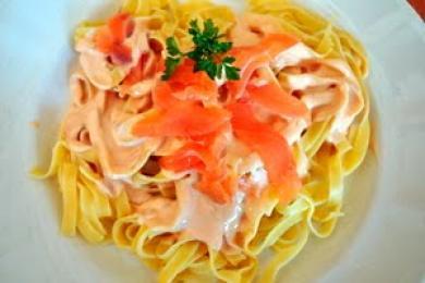 Nidos con salsa de salmón