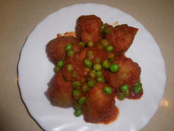 Albóndigas con salsa de tomate y guisantes