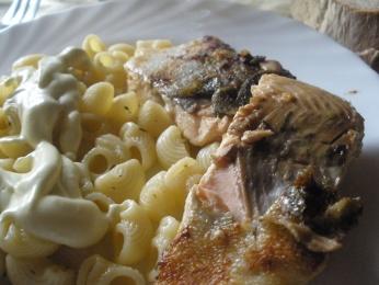 salmón a la plancha con pasta y salsa de yogur