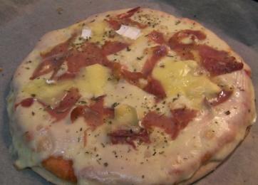 Pizza de quesos y jamón
