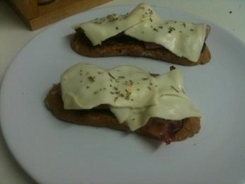 Tapa de bacon, queso y cebolla caramelizada